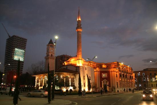 Skanderbeg Square: Moschee und Kathedrale