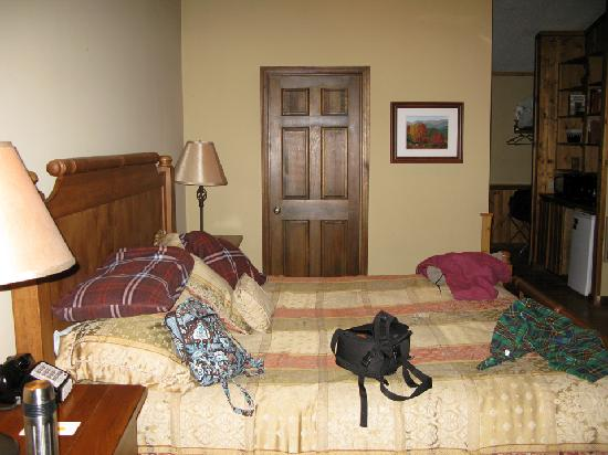Laurelwood Inn: Bed with bathroom opposite
