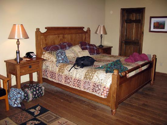 Laurelwood Inn: Bed