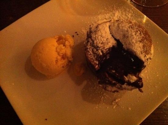 Petula cafe: tortino di cioccolato col cuore caldo con gelato di vaniglia