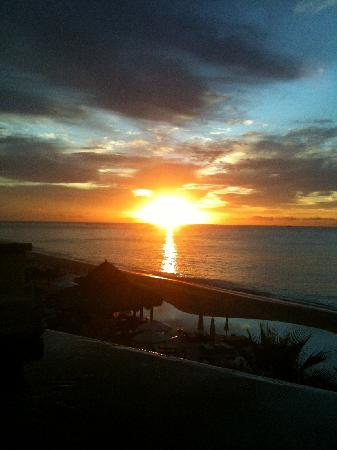 The Resort at Pedregal: Beautiful sunrise from balcony