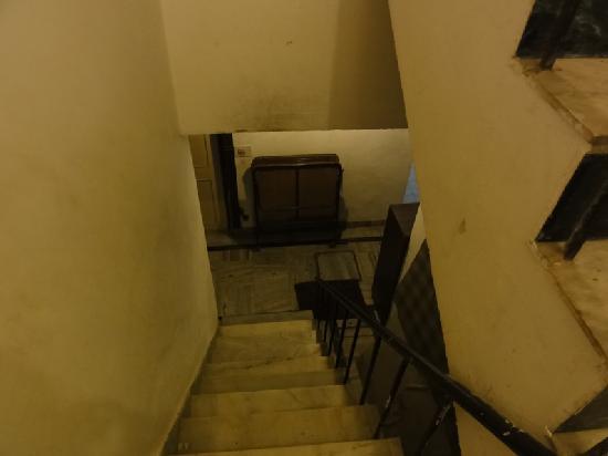 Hotel Sakura: Stairs