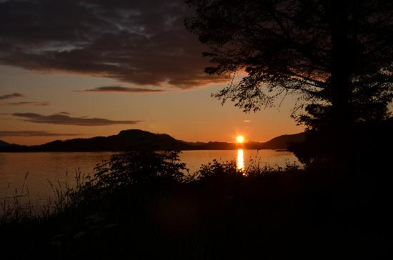 Sitka's Eagle Bay Inn: Beautiful sunsets on the beach just outside our inn!