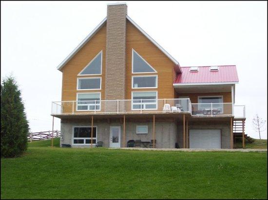 Chambord, Kanada: Extérieur de la Maison aux pignons rouges