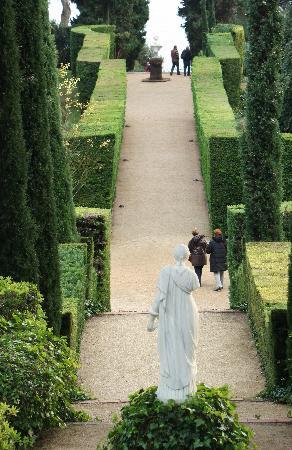 Jardin Santa Clotilde : Les allées ornes des haies sculptées et les statues