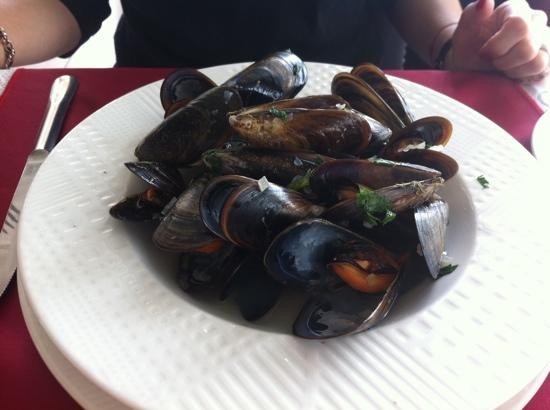 Queen's Cafe & Resto: Mussels in white wine