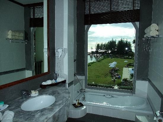 Khao Lak Riverside Resort & Spa: Vista dal bagno