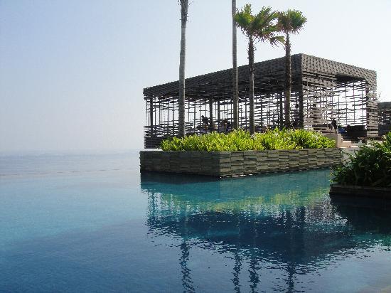 Alila Villas Uluwatu: A very average pool area!!!!