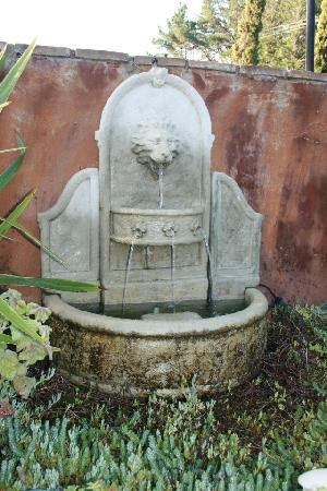 Sonoma Coast Villa & Spa: Fountain at hotel
