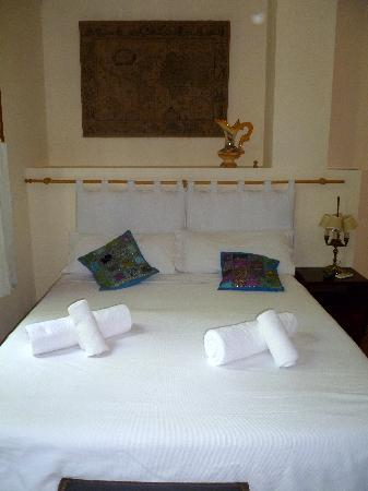 Rugantino Hotel Boutique: Bed in our room at Rugantino.