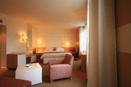 Hôtel Cezanne: Suite with sofa