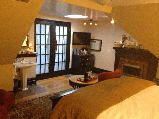 Castle in the Country Bed & Breakfast Inn: Crowning Suite