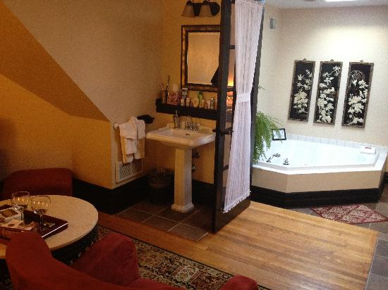Castle in the Country Bed & Breakfast Inn: Whirlpool tub - Pretty French Doors!