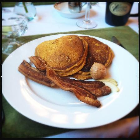 Castle in the Country Bed & Breakfast Inn: Delicious pumpkin pancakes with honey cinnamon butter and bacon...mmmm