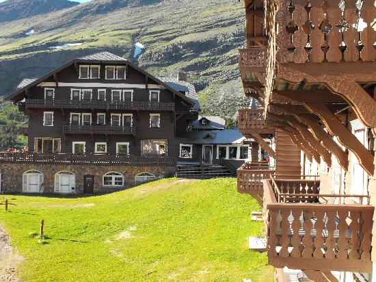 Many Glacier Lodge: Balcony view towards main lodge