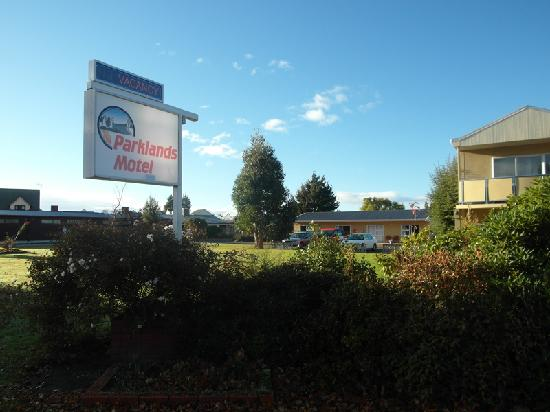 Parklands Motel: view outside of motel