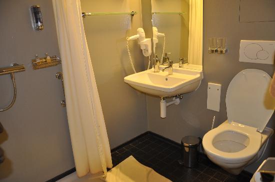 DASBREITEHOTEL : Clean bathroom