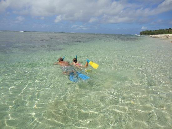 Heilala Holiday Lodge: Note the great reef and clear waters!