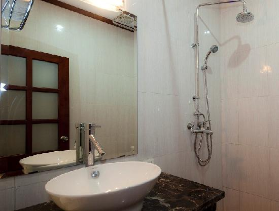 Hanoi Triumphal Hotel: Bathroom 1