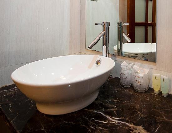 Hanoi Triumphal Hotel: Bathroom 2