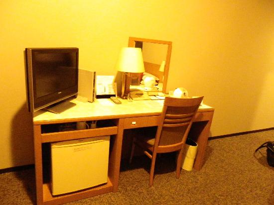 Hotel Mets Shibuya : デスクも冷蔵庫、テレビもあります。