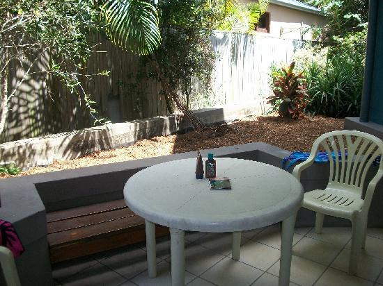Byron Beachcomber Resort: The courtyard is a great place to read, relax and unwind. We had dinner here several nights...