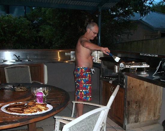 Byron Beachcomber Resort: We used the BBQ in the cabana area. It is a clean and excellent BBQ and outdoor kitchen area!