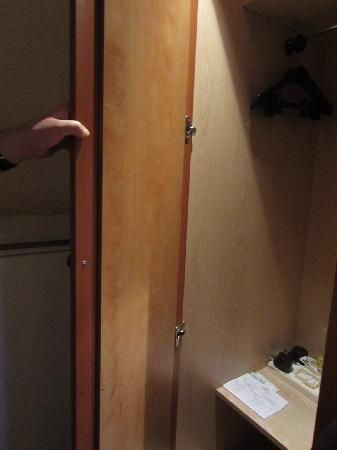 Alliance Hotel Paris Porte Saint Ouen: Tiny cupboard