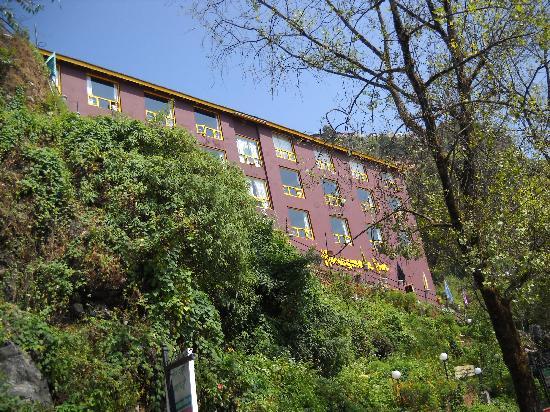 Honeymoon Inn Mussoorie: Hotel Honeymoon Inn from the Mall Road below