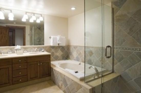 Vail Mountain Lodge : Hotel bathrooms feature heated floors and separate soaking tubs