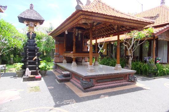 Wayan's Guest House: 中庭にあるヒンドゥー教の建築物