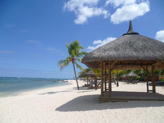 Le Meridien Ile Maurice: Vue depuis une plage se trouvant à gauche de l'hôtel le Meridien