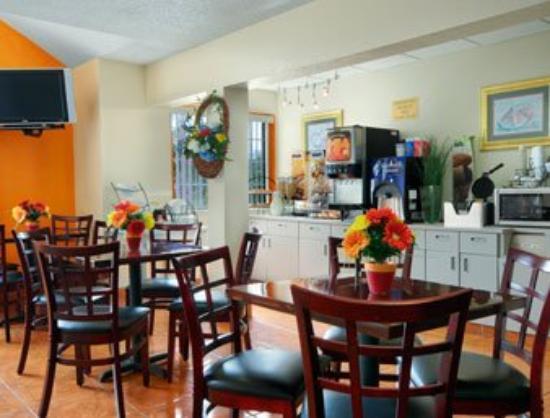 Microtel Inn & Suites by Wyndham Houston: Breakfast Area