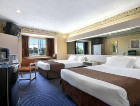 Microtel Inn & Suites by Wyndham Houston: Standard Two Queen Bed Room