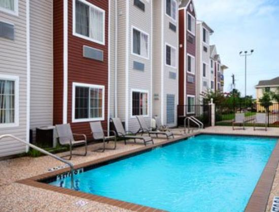 Microtel Inn & Suites by Wyndham Houston: Pool