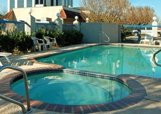 Quality Inn & Suites West - Energy Corridor: Pool View