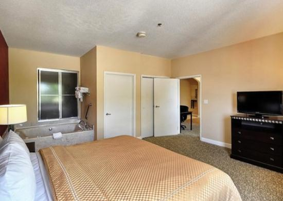 Comfort Suites Near the Woodlands: TXComfort Suites Jacuzzi Suite Exposio