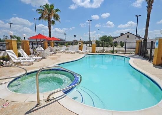 Clarion Suites Near the Woodlands: TXComfort Suites Pool FIN