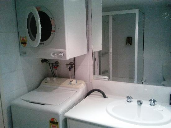 Pacific Resort Broadbeach : Fugly but functional bathroom and laundry