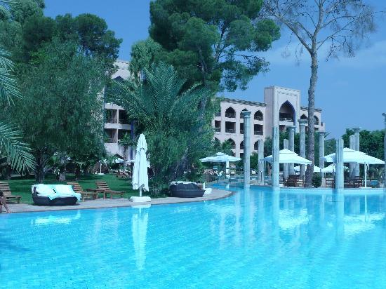 Es Saadi Marrakech Resort - Palace : Vue de la piscine sur le palace