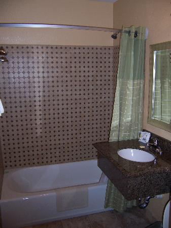 Pacific Inn Hotel & Suites: Newly renovated bathroom