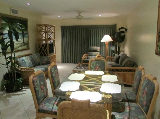 7 Mile Beach Resort and Club: Dining & living room area.