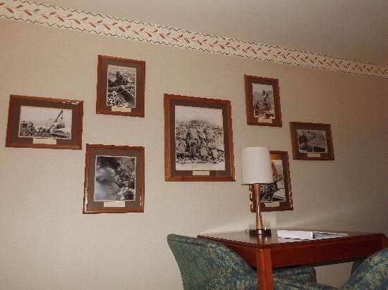 456 Embarcadero Inn & Suites: Historical photos in room