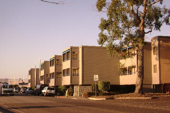 456 Embarcadero Inn & Suites: Hotel from the south
