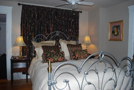 The Lion and The Rose Bed and Breakfast: Craig-Toms Suite bed