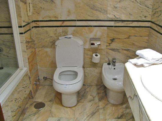 SENTIDO Amaragua : Large bathroom with bidet