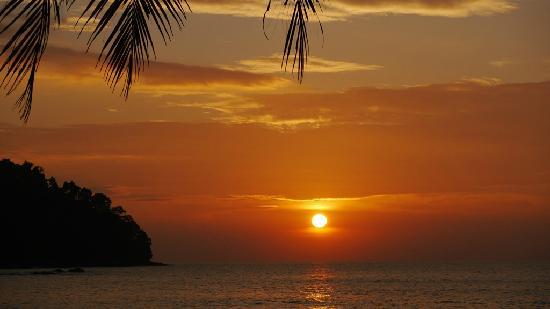 Khaolak Paradise Resort: Sonnenuntergang vom Hotelstrand