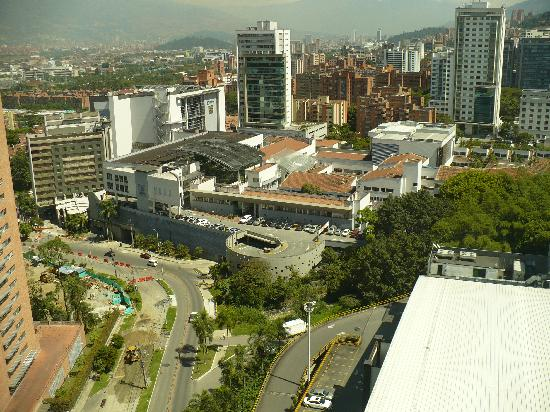 Estelar Apartamentos Medellin: Centro Comercial Oviedo (anther mall), a block down the street