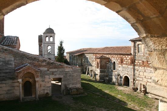 Fier, Albania: Kirche und Museum
