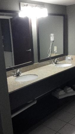 Sleep Inn & Suites of Lake George: Suite double bathroom vanity